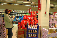 Roma, .Supermercato Coop Laurentino.Acquisto di panettoni per le festività natalizie.Rome.Supermarket Coop Laurentino.Purchase of panettone for Christmas