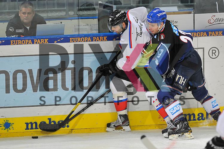 Nuernbergs Ryan Bayda (Nr.11) gegen Mannheims Matthias Plachta (Nr.22)  beim Spiel in der DEL, Adler Mannheim - Nuernberg Ice Tigers.<br /> <br /> Foto &copy; Ice-Hockey-Picture-24 *** Foto ist honorarpflichtig! *** Auf Anfrage in hoeherer Qualitaet/Aufloesung. Belegexemplar erbeten. Veroeffentlichung ausschliesslich fuer journalistisch-publizistische Zwecke. For editorial use only.