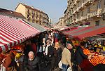 Il mercato rionale di Piazza Foroni, detta piazza Cerignola, in Barriera di Milano.