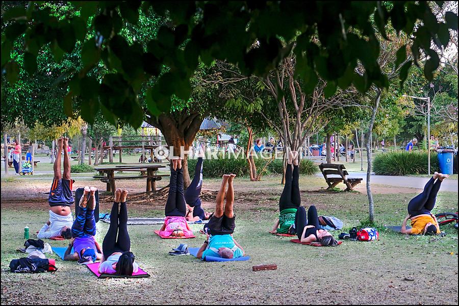 Pratica de yoga, Parque Villa Lobos, Sao Paulo. 2019. Foto Juca Martins