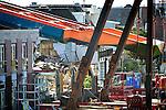 ALPHEN A/D RIJN - In Alphen a/d Rijn is bouwcombinatie Mammoet(op het land) en Hebo Maritiemservice(op het water) begonnen met het weghalen van de nieuwe, op de wal gevallen, val (brugdek)van de Koningin Julianabrug die bij het transport afgelopen zomer, samen met twee mobiele kranen van Peinemann van het ponton afgleed. De nieuwe brugklep was onderdeel van een grote renovatie van de brug in opdracht van de gemeente door Mourik Groot - Ammers en BSB Staalbouw. COPYRIGHT TON BORSBOOM
