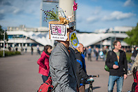"""Am Samstag den 16. Mai 2020 demonstrierten in Berlin an mehreren Orten mehrere hundert Menschen mit sog. """"Hygiene-Demonstrationen"""" gegen die Einschraenkungen zur Eindaemmung der Covid-19-Pandemie. An diesen """"Hygiene-Demonstrationen"""" nahmen vor allem Verschwoerungsanhaenger aber auch Hooligans, Neonazis und andere Rechte teil.<br /> Im Bild: Ein Mann hat einen Pappkarton auf dem Kopf, den er mit Parolen gegen Angela Merkel, Bill Gates und Medien verziert hat.<br /> 16.5.2020, Berlin<br /> Copyright: Christian-Ditsch.de<br /> [NUR FUER REDAKTIONELLE ZWECKE! Werbung nur auf Anfrage beim Fotografen. Inhaltsveraendernde Manipulation des Fotos nur nach ausdruecklicher Genehmigung des Fotografen. Vereinbarungen ueber Abtretung von Persoenlichkeitsrechten/Model Release der abgebildeten Person/Personen liegen nicht vor. NO MODEL RELEASE! Don't publish without copyright Christian-Ditsch.de, Veroeffentlichung nur mit Fotografennennung, sowie gegen Honorar, MwSt. und Beleg. Konto: I N G - D i B a, IBAN DE58500105175400192269, BIC INGDDEFFXXX, Kontakt: post@christian-ditsch.de<br /> Bei der Bearbeitung der Dateiinformationen darf die Urheberkennzeichnung in den EXIF- und  IPTC-Daten nicht entfernt werden, diese sind in digitalen Medien nach §95c UrhG rechtlich geschuetzt. Der Urhebervermerk wird gemaess §13 UrhG verlangt.]"""
