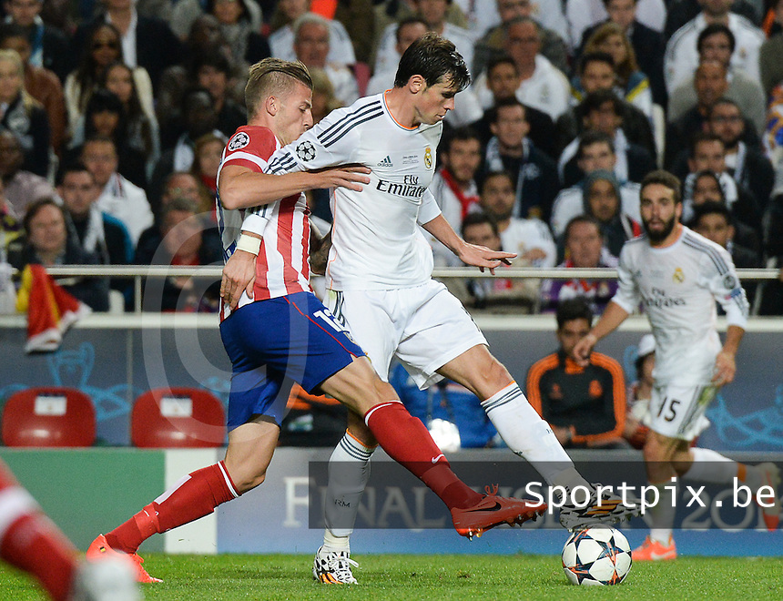 20140524 - LISBON , PORTUGAL : Atletico's Toby Alderweireld (left) pictured with Real's Gareth Bale during soccer match between Real Madrid CF and Club Atletico de Madrid in the UEFA Champions League Final on Saturday 24 May 2014 in Estadio Da Luz in Lisbon .  PHOTO DAVID CATRY