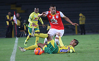 BOGOTA -COLOMBIA, 18-02-2017. Yeison Gordillo( L)  player of Independiente Santa Fe fights the ball against Andres Ricaurte  (R) player of Atletico Huila  during match for the date 4 of the Aguila League I 2017 played at Nemesio Camacho El Campin stadium . Photo:VizzorImage / Felipe Caicedo  / Staff