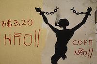 SÃO PAULO 18 JUNHO 2013 - PROTESTO CONTRA O AUMENTO DE TARIFA DE ONIBUS SP- Manifestantes pixam muros ao lado dao predio da prefeitura de São Paulo na noite desta terça feira (18). É a 6ª manifestação organizada pelo MPL (Movimento Passe Livre) que reivindica a redução da passagem de ônibus na cidade de São Paulo. FOTO: LEVI BIANCO - BRAZIL PHOTO PRESS