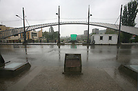 SERBIA - Mitrovica Città divisa in due dal fiume Ibar, a Nord abitata da Serbi e a sud da Kosovari albanesi Attualmente protetta da truppe internazionali della KFOR . pattugliamento di truppe francesi Il famoso ponte simbolo della divisione della città