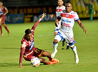 IBAGUE - COLOMBIA, 27-08-2018: Omar Albornoz (Izq.) jugador de Deportes Tolima disputa el balón con Árnol Palacios (Der.) jugador del Deportivo Pasto, durante partido de la fecha 6 por la Liga Aguila II 2018 entre Deportes Tolima y Deportivo Pasto, jugado en el estadio Manuel Murillo Toro de la ciudad de Ibague. / Omar Albornoz (L) player of  Deportes Tolima vies for the ball with Árnol Palacios (R) player of Deportivo Pasto, during a match of the 6th date for the Aguila League II 2018, between Deportes Tolima and Deportivo Pasto, played at Manuel Murillo Toro stadium in Ibague city. Photo: VizzorImage / Juan Carlos Escobar / Cont.