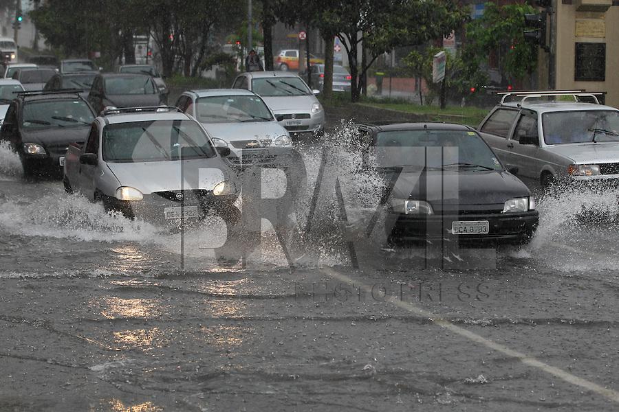 FOTO EMBARGADA PARA VEICULOS INTERNACIONAIS. SAO PAULO, SP, 08-11-2012, CHUVAS.  A chuva que caiu na cidade de Sao Paulo deixou varios pontos de alagamento, na foto o Viaduto Bresser na Mooca. Luiz Guarnieri/ Brazil Photo Press