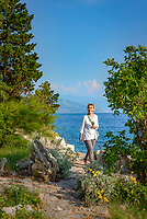 Croatia, Kvarner Gulf, Novi Vinodolski: footpath leading to small coves | Kroatien, Kvarner Bucht, Novi Vinodolski: an der Kueste kommt man zu den kleinen, felsigen Buchten manchmal nur zu Fuss
