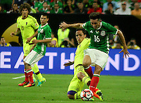 HOUSTON - UNITED STATES, 13-06-2016: Hector Herrera (Der) jugador de Mexico (MEX) disputa el balón con Luis Manuel Seijas (Izq) jugador de Venezuela (VEN) durante partido del grupo A fecha 3 por la Copa América Centenario USA 2016 jugado en el estadio NRG en Houston, Texas, USA. /  Hector Herrera (R) player of Mexico (MEX) fights the ball with Luis Manuel Seijas (L) player of Venezuela (VEN) during match of the group A date 3 for the Copa América Centenario USA 2016 played at NRG stadium in Houston, Texas ,USA. Photo: VizzorImage/ Luis Alvarez /Str