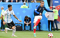KAZAN - RUSIA, 30-06-2018: Antoine GRIEZMANN (Der) jugador de Francia disputa el balón con Enzo PEREZ (Izq) jugador de Argentina durante partido de octavos de final por la Copa Mundial de la FIFA Rusia 2018 jugado en el estadio Kazan Arena en Kazán, Rusia. / Antoine GRIEZMANN (R) player of France fights the ball with Enzo PEREZ (L) player of Argentina during match of the round of 16 for the FIFA World Cup Russia 2018 played at Kazan Arena stadium in Kazan, Russia. Photo: VizzorImage / Julian Medina / Cont
