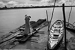 Lavadeira de moradora da comunidade  fazenda Socorro  , ribeirinhos do rio Solimões, em Tefé , Amazonas..  Washee Woman  resident of the community Socorro farm, riparian area of the Solimoes River, Tefe (Amazonas State)..