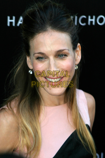 SARAH JESSICA PARKER.In Store Fragrance Signing & Photocall at Harvey Nichols, SW1..August 31st, 2005.headshot portrait.www.capitalpictures.com.sales@capitalpictures.com.© Capital Pictures.