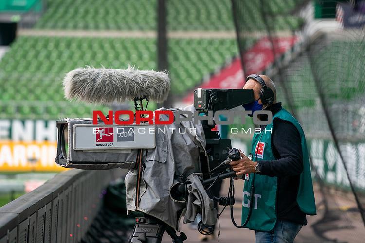 Kameramann mit CORONA Gesichtsmaske<br /> <br /> Sport: Fussball: 1. Bundesliga: Saison 19/20: <br /> 26. Spieltag: SV Werder Bremen vs Bayer 04 Leverkusen, 18.05.2020<br /> <br /> Foto ©  gumzmedia / Nordphoto / Andreas Gumz / POOL <br /> <br /> Nur für journalistische Zwecke! Only for editorial use!<br />  DFL regulations prohibit any use of photographs as image sequences and/or quasi-video.