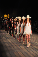 RIO DE JANEIRO, RJ, 25 DE MAIO 2012 - FASHION RIO - 2ND FLOOR - <br /> Desfile da grife 2ND Floor no quarto dia da 21ª edição do Fashion Rio Verão 2013, realizado no Jockey Club, na Gávea, zona sul do Rio de Janeiro, nesta quinta-feira. (FOTO: STEPHANIE SARAMAGO / BRAZIL PHOTO PRESS).