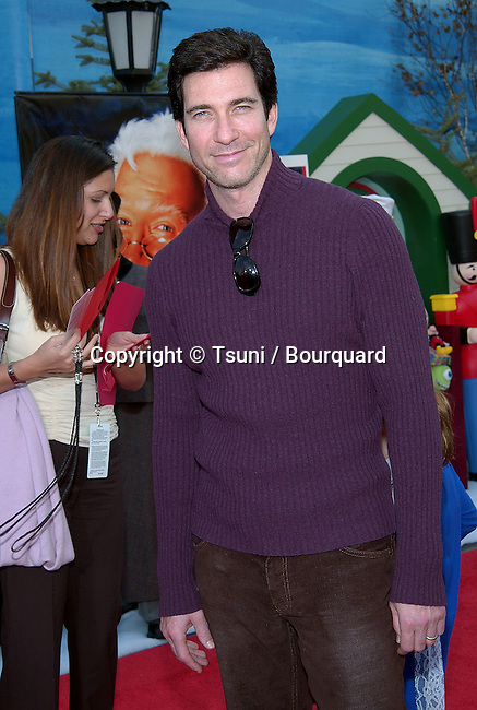 Dylan McDermott arriving at the Santa Clause 2 premiere at the El Captain Theatre in Los Angeles. October 27, 2002.           -            McDermottDylan337.jpg