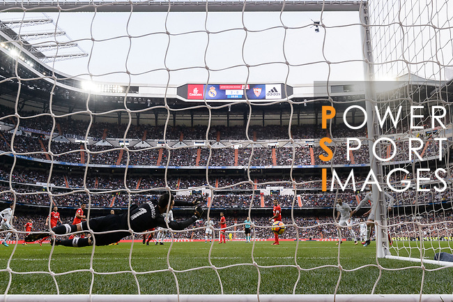 Cristiano Ronaldo of Real Madrid (R) attempts to kick a penalty during La Liga 2017-18 match between Real Madrid and Sevilla FC at Santiago Bernabeu Stadium on 09 December 2017 in Madrid, Spain. Photo by Diego Souto / Power Sport Images