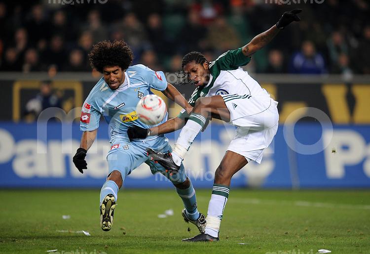FUSSBALL   1. BUNDESLIGA   SAISON 2010/2010   24. Spieltag VfL Wolfsburg - Borussia Moenchengladbach           25.02.2011 DANTE (li, Gladbach) gegen Dieudonne MBOKANI (re, Wolfsburg)