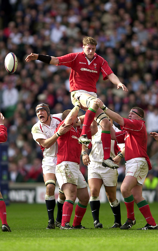 Photo. Richard Lane.Lloyds TSB Six Nations Championship. England v Wales at Twickenham. 23-3-2002.Andy Moore takes a lineout.