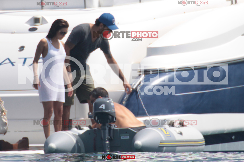 MRPIXX - 02 JULY 11..MARBELLA, SPAIN..EDUARDO CRUZ AND EVA LONGORIA BOAT MEDITERRANEAN DAY IN A LUXURY BOAT..NOTE: COMPETITION WITH THE SAME FRAMES ALL AGENCIES...NON EXCLUSIVE BY...MRPIXX