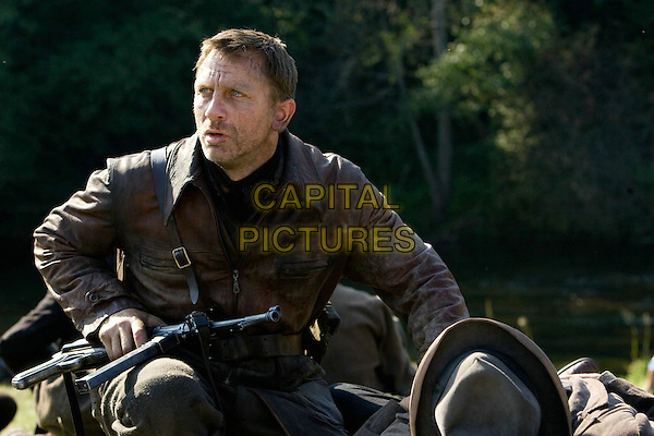 DANIEL CRAIG.in Defiance.*Filmstill - Editorial Use Only*.CAP/FB.Supplied by Capital Pictures.