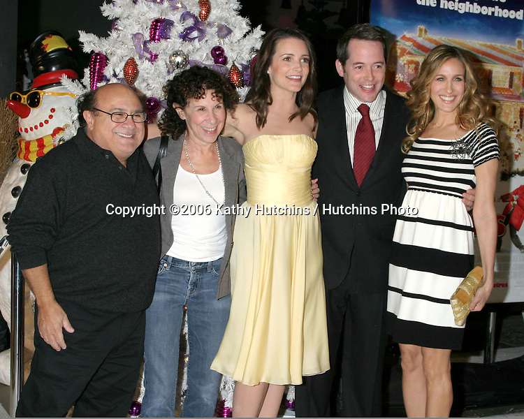 "Danny DeVito , Rhea Perlman, Kristin Davis, Matthew Broderick, and Sarah Jessica Parker.""Deck the Halls"" Premiere.Grauman's Chinese Theater.Hollywood, CA.November 12, 2006.©2006 Kathy Hutchins / Hutchins Photo...."