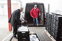 """Auswirkungen der Corona-Krise.<br /> Die Corona-Situation hat auch fuer die Hilfsorganisation """"Berliner Tafel"""" weitreichende Konsequenzen. 42 LAIB und SEELE-Ausgabestellen mussten schliessen, nur drei der Ausgabestellen haben noch geoeffnet. Rund 50.000 beduerftige Menschen kommen ueblicherweise jeden Monat an den Ausgabestellen. Damit die Menschen weiterhin gespendete Lebensmittel erhalten koennen, beliefert die Berliner Tafel nun die Menschen zu Hause. In einer Halle auf dem Berliner Grossmarkt packen freiwillige Helferinnen und Helfer Tueten mit Lebensmitteln, die verteilt werden. In einigen Bezirken uebernehmen Radfahrerinnen und Radfahrer der """"Rebel Riders"""" mit Lastenraedern die Vor-Ort-Verteilung von Tuer zu Tuer.<br /> LAIB und SEELE ist eine Aktion der Berliner Tafel e.V., der Kirchen und des Rundfunk Berlin Brandenburg, rbb.<br /> Im Bild: Der Berliner Erzbischof Heiner Koch besuchte am Montag den 30. Maerz 2020 die """"Berliner Tafel"""" und half auch beim packen und verladen der Lebensmitteltueten. Zum Schluss sprach er einen Segen.<br /> 30.3.2020, Berlin<br /> Copyright: Christian-Ditsch.de<br /> [NUR FUER REDAKTIONELLE ZWECKE! Werbung nur auf Anfrage beim Fotografen. Inhaltsveraendernde Manipulation des Fotos nur nach ausdruecklicher Genehmigung des Fotografen. Vereinbarungen ueber Abtretung von Persoenlichkeitsrechten/Model Release der abgebildeten Person/Personen liegen nicht vor. NO MODEL RELEASE! Don't publish without copyright Christian-Ditsch.de, Veroeffentlichung nur mit Fotografennennung, sowie gegen Honorar, MwSt. und Beleg. Konto: I N G - D i B a, IBAN DE58500105175400192269, BIC INGDDEFFXXX, Kontakt: post@christian-ditsch.de<br /> Bei der Bearbeitung der Dateiinformationen darf die Urheberkennzeichnung in den EXIF- und  IPTC-Daten nicht entfernt werden, diese sind in digitalen Medien nach §95c UrhG rechtlich geschuetzt. Der Urhebervermerk wird gemaess §13 UrhG verlangt.]"""
