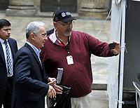 BOGOTÁ – COLOMBIA, 27-05-2018: Álvaro Uribe Vélez ex presidente de Colombia posa para una autofotografía antes de ejercer su derecho al voto, durante la jornada de elecciones Presidenciales para el periodo 2018-2022. / Colombia's former president Alvaro Uribe Velez poses for a selfie photograph before exercises their right to vote in the Plaza de Bolívar, during the presidential election day for the period 2018-2022. Photo: VizzorImage/ Luis Ramirez / Staff.