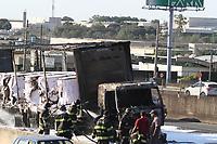 CAMPINAS, SP, 09.02.2018: ESTRADA-SP - Um caminhão carregado com bobinas pegou fogo na rodovia Anhanguera em Campinas, interior de São Paulo, nesta sexta-feira (09). Não houve vítimas, mas o trânsito no local ficou prejudicado. (Foto: Luciano Claudino/Codigo19)