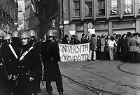 - students of State University manifestation (Milan, 1976)....- manifestazione studenti dell'Università Statale (Milano, 1976)......