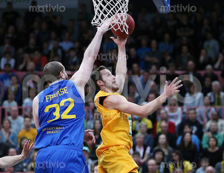 Basketball  1. Bundesliga  2015/2016   Hauptrunde 32. Spieltag  24.04.2016 Walter Tigers Tuebingen -  Basketball Loewen Braunschweig  Kenneth Frease (li, Braunschweig) gegen Vladimir Mihailovic (Tigers)