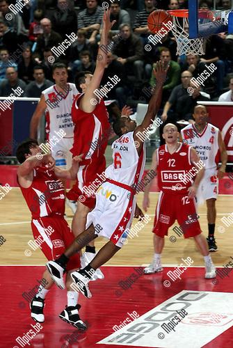 2008-12-13 / Basketbal / Antwerp Giants - BC Oostende / Bryan Hopkins (Antwerp) is de Oostendse verdediging te snel af...Picture by Maarten Straetemans (SMB)