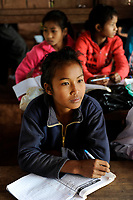 LAO PDR, province Oudomxay , mountain village Houyta, ethnic group Khmu, children in village school / LAOS, Provinz Oudomxay, Dorf Houyta , Ethnie Khmu , Kinder aus Bergdoerfern der Ethnie Khmu in einer Dorfschule , Maedchen Vanna 11 Jahre alt, Tochter von Mai und Vanhsouk
