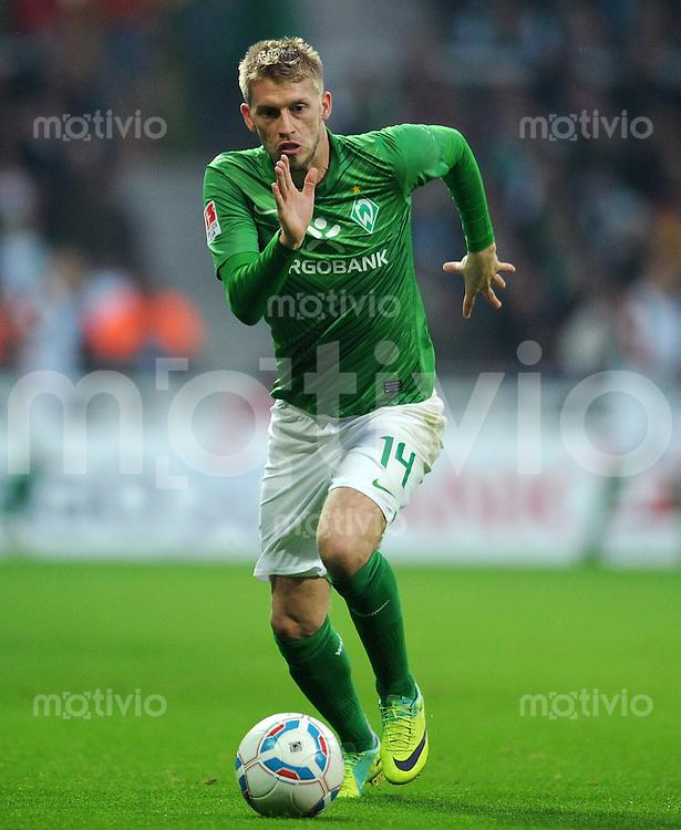 FUSSBALL   1. BUNDESLIGA   SAISON 2011/2012    12. SPIELTAG SV Werder Bremen - 1. FC Koeln                              05.11.2011 Aaron HUNT (SV Werder Bremen) Einzelaktion am Ball