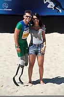 RIO DE JANEIRO; RJ; 31 DE MARÇO 2013 - Alan Fonteles venceu a prova dos 150m de atletas paralímpicos no evento Mano a Mano na Praia do Leme com o tempo de 15s68 e comemorou junto à namorada. FOTO: NÉSTOR J. BEREMBLUM - BRAZIL PHOTO PRESS.