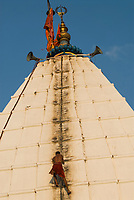 INDIA Jharkhand Deogarh , Hindu pilgrims at Shiva temple during annual festival , it is one of the holy places with a Jyothi lingam, a Phallus symbol of Hindu god Shiva / INDIEN  Jharkhand Deogarh , Hindus besuchen das Tempelfest am Shiva Tempel wo sich ein Jyothi lingam befindet