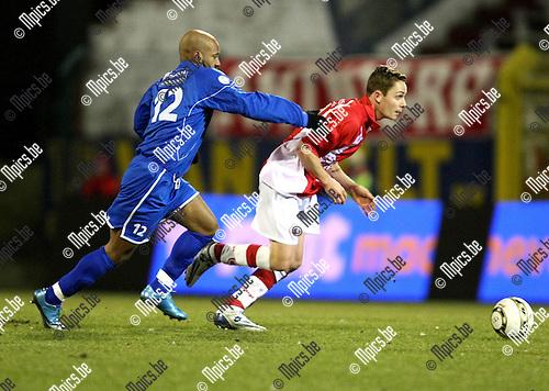 2010-03-06 / Voetbal / seizoen 2009-2010 / R. Antwerp FC - KVK Tienen / Bas Vervaeke (Antwerp) probeert Lacroix af te schudden..Foto: mpics