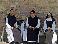 ITA, Italien, Umbrien, Assisi: Nonne und zwei Mönche sitzen auf einer Bank und machen eine Brotzeit | ITA, Italy, Umbria, Assisi: nun and two monks having a break