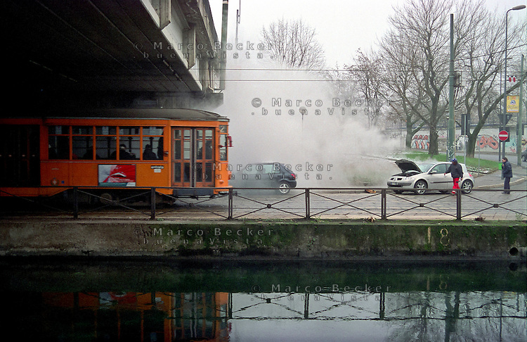 Milano, quartiere S. Cristoforo, un'automobile in panne lungo il Naviglio Grande presso il cavalcavia della circonvallazione --- Milan, S. Cristoforo district, a broken-down vehicle along the Naviglio Grande channel near the overpass of the ring road
