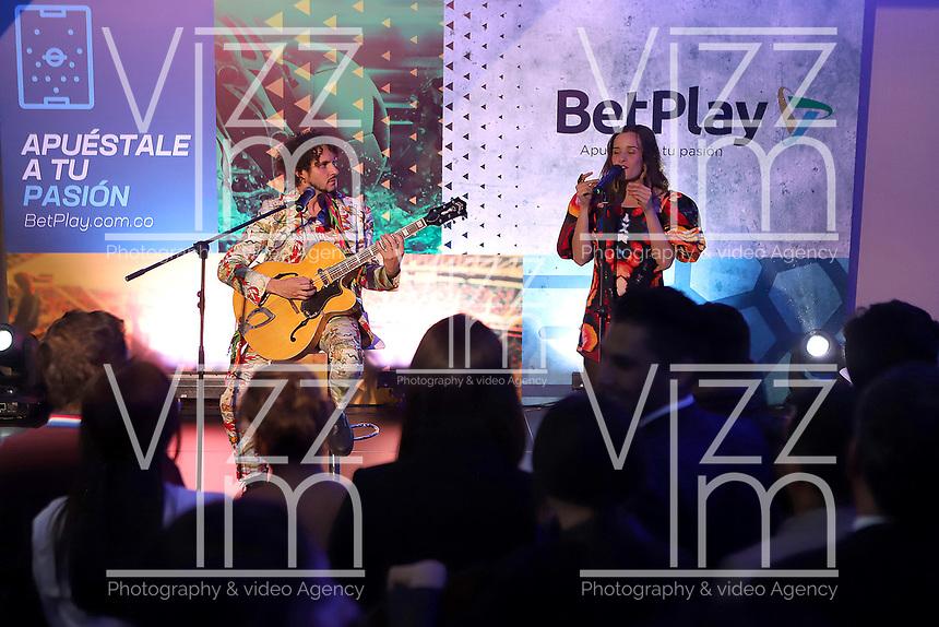 """BOGOTA - COLOMBIA, 22-01-2020: la agrupación musical Monsieur Periné durante la presentación de las competencias DIMAYOR """"LA JUGADA CON MÁS PASIÓN 2020"""" en donde participan los 36 clubes asociados. El evento tuvo lugar hoy, 22 de enero de 2020, en la ciudad de Bogotá, Colombia. / Tha music group Monsieur Periné during the launch of competitions DIMAYOR """"LA JUGADA CON MÁS PASIÓN 2020"""" with the participation of the 36 associated clubs. The event is held today, January 22, 2020, in Bogota, Colombia. Photo: VizzorImage / Santiago Cortes / Cont"""