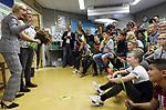 Foto: VidiPhoto<br /> <br /> WATERINGEN &ndash; Basisschool De Kyckert in Wateringen viert groot feest donderdag. Juf Sandra (39) is gekozen tot de leukste juf van Nederland en krijgt dus een dikke tien! Donderdagochtend is Sandra bloemrijk gehuldigd door leerlingen, ouders en burgemeester Agnes van Ardenne (l). De nationale verkiezing is een initiatief van stichting &ldquo;Een 10 voor de juf&rdquo; en is voor het zesde jaar op rij georganiseerd. Doel is om waardering te tonen voor het vele extra werk dat leerkrachten vaak verrichten voor het welzijn van de leerlingen. De bekendmaking en huldiging vindt plaats aan de vooravond van de Dag van de Leraar (5 oktober). Andere finalisten dit jaar waren meester Bart Heijen (38) van groep 5 van&rsquo;t Heuvelke in Geleen en juf Roelien Tissingh (43) van groep 7 van De Dissel in Ruinerwold. In 2017 ging de titel naar meester Jeroen Hermans uit Helmond. De vele extra inspanningen die Sandra doet voor haar klas hebben geleid tot het hoogst haalbare rapportcijfer: een 10. Zo staat de Wateringse juf, als het nodig is, ook in het weekend voor leerlingen en ouders klaar. Sandra doet ook gerust mee aan een potje voetbal, een wedstrijd armpje drukken of een sneeuwballengevecht.