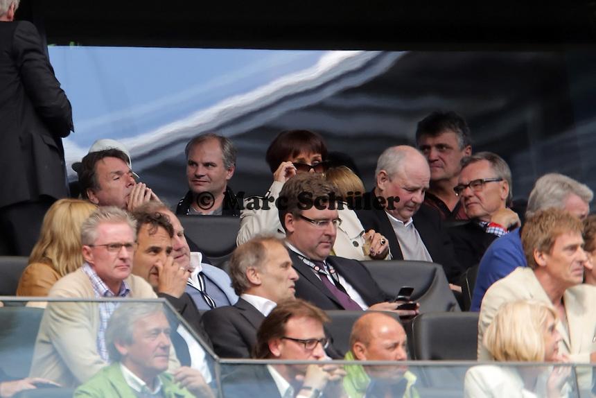 Vorstandsvorsitzender Heribert Bruchhagen und Vorstand Axel Hellmann (Eintracht) angespannt mit dem Blick ins Handy zu den weiteren Ergebnissen