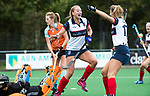 HUIZEN  -   Vera van Schagen (HUI) scoort 1-0  en viert het met Amber Folmer (HUI) , hoofdklasse competitiewedstrijd hockey dames, Huizen-Groningen (1-1)  . links Jantien Gunter (Gro)  COPYRIGHT  KOEN SUYK