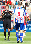 Nederland, Alkmaar, 26 augustus 2012.Eredivisie.Seizoen 2012-2013.AZ-SC Heerenveen.Scheidsrechter Danny Makkelie legt het spel neer en gebaart naar Arnold Kruiswijk van SC Heerenveen.