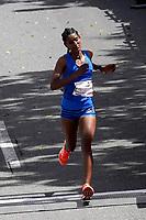 BOGOTÁ -COLOMBIA, 29-07-2018: Aspecto de los participantes en la media maratón de Bogotá 2018, mmB. Con sus tradicionales 21km, en esta ocasión el ganador del tercer puesto en elite varones fue Dickson Chumba de Keiya, con un tiempo de 1h 05m 22s, y en elite mujeres Degitu Azimeraw de Etiopia con un tiempo de 1h 14m 50s. / Aspect of the people during the half marathon of Bogota 2018, mmB. With its 21Km in this edition the winner of the third place was Dickson Chumba of Keiya in elite men category with a time of 1h 05m 22s, and in elite women the winner was Degitu Azimeraw of Ethiopia with a time of 1h 14m 50s. Photo: VizzorImage / Diego Cuevas / Cont