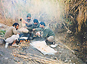 Iraq 1991 .Lunch in open field for peshmergas in Germian .Iraq 1991 .Dejeuner en plein air pour des peshmergas dans le Germian