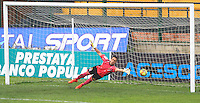 FLORIDABLANCA -COLOMBIA, 28-09-2014.  Ricardo Jerez arquero de Alianza Petrolera trata de impedir un gol de Patriotas FC durante encuentro  por la fecha 12 de la Liga Postobon II 2014 disputado en el estadio Alvaro Gómez Hurtado de la ciudad de Floridablanca./ Ricardo Jerez goalkeeper of Alianza Petrolera tries to avoid goal from Patriotas FC during match for the 12th date of the Postobon League II 2014 played at Alvaro Gomez Hurtado stadium in Floridablanca city Photo:VizzorImage / Duncan Bustamante / STR