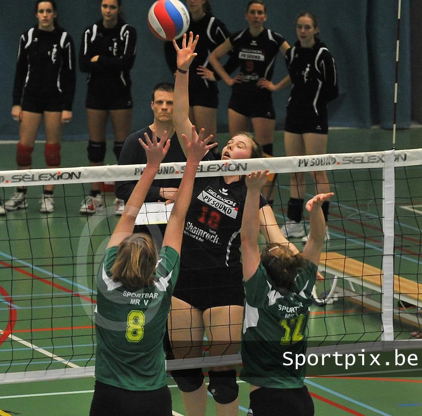 Tievolley Tielt - Hermes Oostende 2 : Nele Billiet smasht de bal tegen het Oostendse blok.foto VDB / BART VANDENBROUCKE