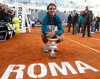 Lo spagnolo Rafael Nadal posa col trofeo dopo aver vinto la finale maschile degli Internazionali d'Italia di tennis a Roma, 19 Maggio 2013..Spain's Rafael Nadal poses with the trophy after winning the final match of the Italian Open Tennis men's tournament ATP Master 1000 in Rome, 19 May 2013..UPDATE IMAGES PRESS/Isabella Bonotto