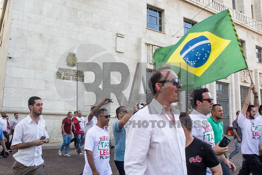 SÃO PAULO, SP, 08.10.2015- PROTESTO-SP- Taxistas durante protesto em frente da prefeitura de São Paulo contra a possível regulamentação do aplicativo Uber na cidade na tarde desta quinta-feira, 8. (Foto: Renato Mendes / Brazil Photo Press)